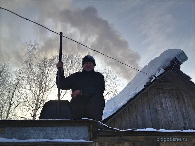 муж чистит крышу