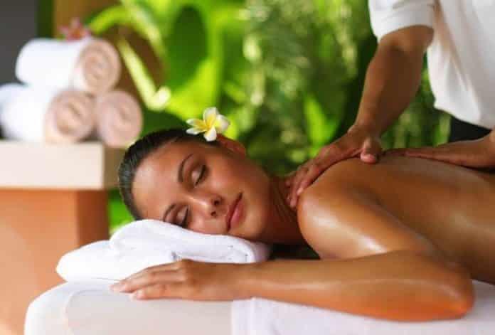 Учимся делать массаж спины девушке эротический массаж в киеве интим