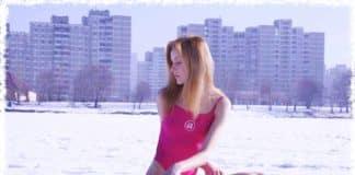 девушка сидит на снегу