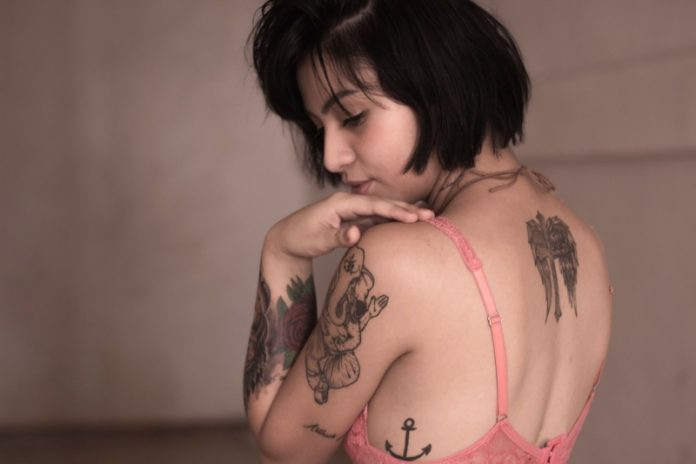 девушка с татуировкой якорь
