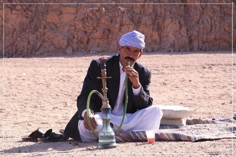 индус курит кальян