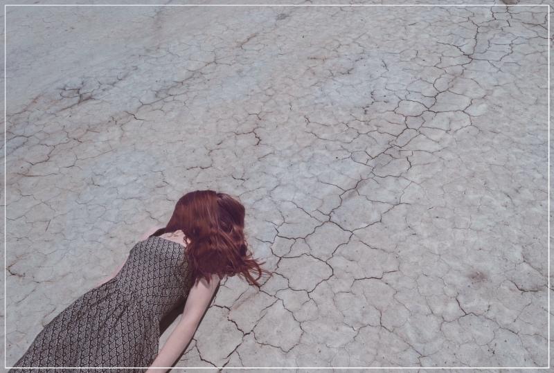 девушка на земле