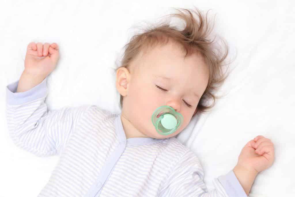 ребенок вздрагивает во сне