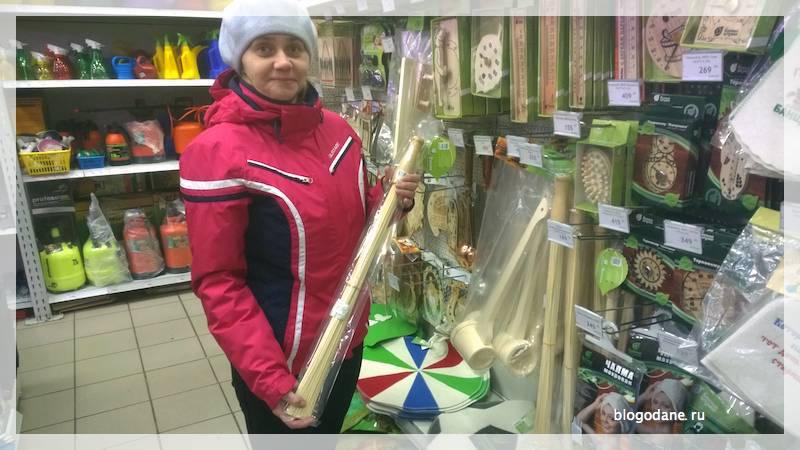 Бамбуковый веник в руке