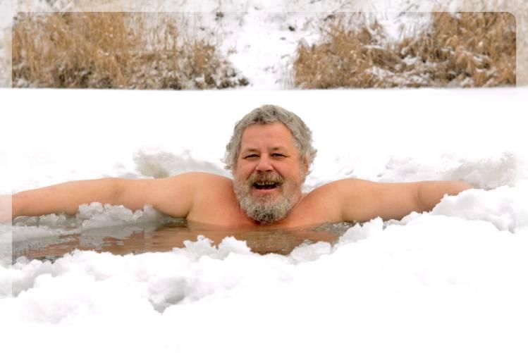 мужчина в холодной воде