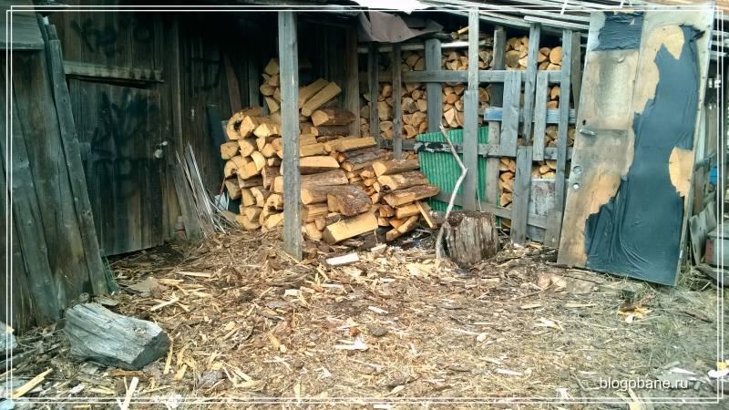 хвойные дрова на улице